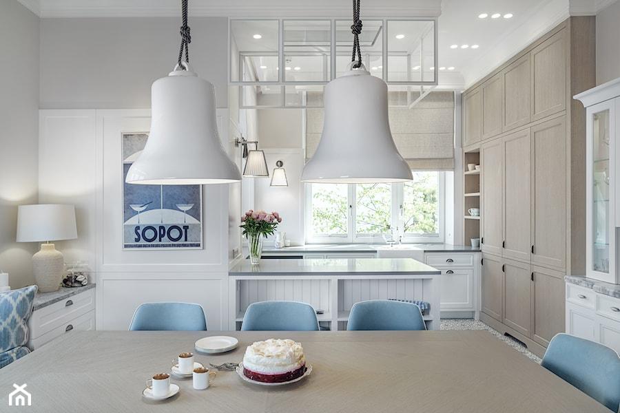 Sopot Apartament z widokiem, - Średnia otwarta szara kuchnia w kształcie litery u z oknem, styl klasyczny - zdjęcie od Katarzyna Kraszewska Architektura Wnętrz