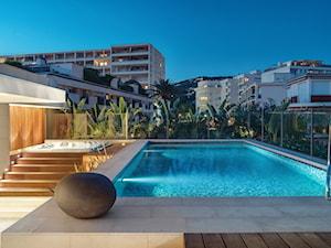 Cannes - Duży taras z przodu domu z tyłu domu z basenem - zdjęcie od Katarzyna Kraszewska Architektura Wnętrz