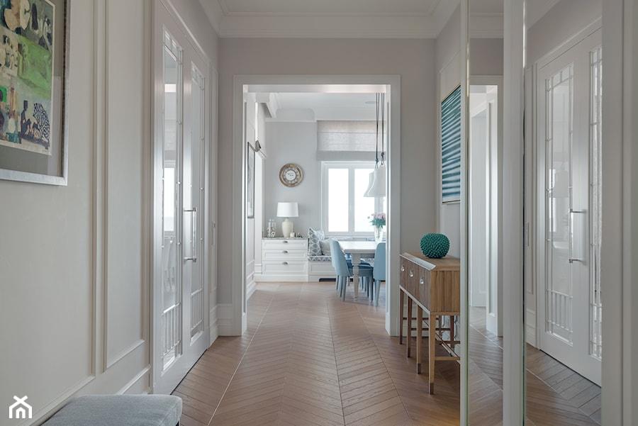 Sopot Apartament z widokiem, - Średni biały szary hol / przedpokój, styl klasyczny - zdjęcie od Katarzyna Kraszewska Architektura Wnętrz