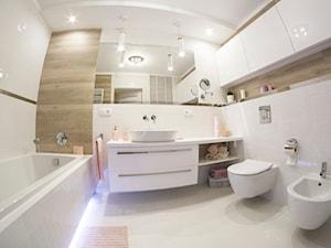 Łazienka w stylu nowoczesnym - biel i drewno - Mała biała beżowa łazienka na poddaszu w bloku w domu jednorodzinnym bez okna, styl nowoczesny - zdjęcie od YES4DESIGN