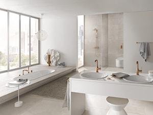Klasyka i minimalizm - Duża biała beżowa łazienka jako salon kąpielowy jako domowe spa z oknem, styl klasyczny - zdjęcie od GROHE