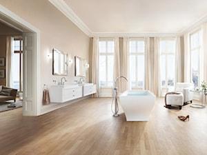 Klasyka i minimalizm - Duża biała beżowa łazienka jako salon kąpielowy z oknem, styl klasyczny - zdjęcie od GROHE