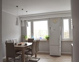 METAMORFOZA MIESZKANIA OLSZTYN 2 - Średnia otwarta biała szara jadalnia w kuchni, styl nowoczesny - zdjęcie od Monika Deptuła Projektant Wnętrz