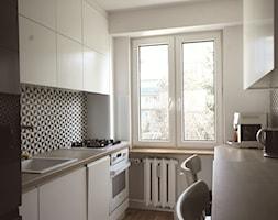 Mieszkanie Olsztyn - realizacja projektu - Mała otwarta wąska biała kuchnia dwurzędowa, styl nowoczesny - zdjęcie od Monika Deptuła Projektant Wnętrz