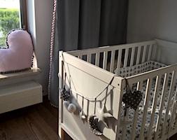 Pokój księżniczki :) - Mały szary pokój dziecka dla chłopca dla dziewczynki dla niemowlaka, styl nowoczesny - zdjęcie od Joanna Pòłtorak-Surowiecka