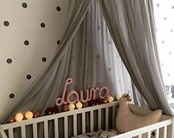 Pokój księżniczki :) - Mały szary czarny pokój dziecka dla dziewczynki dla niemowlaka, styl nowoczesny - zdjęcie od Joanna Pòłtorak-Surowiecka
