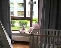 Pokój księżniczki :) - Mały biały czarny pokój dziecka dla dziewczynki dla niemowlaka, styl nowoczesny - zdjęcie od Joanna Pòłtorak-Surowiecka