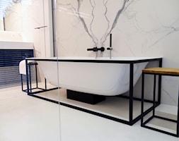 Dom na Wilanowie - Mała biała łazienka na poddaszu w bloku w domu jednorodzinnym bez okna, styl nowojorski - zdjęcie od Base Architekci