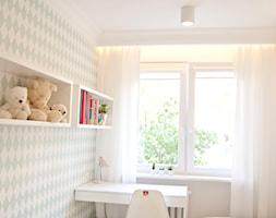 Minimalizm z zielenią - Mały biały miętowy pokój dziecka dla dziewczynki dla malucha, styl skandynawski - zdjęcie od Base Architekci