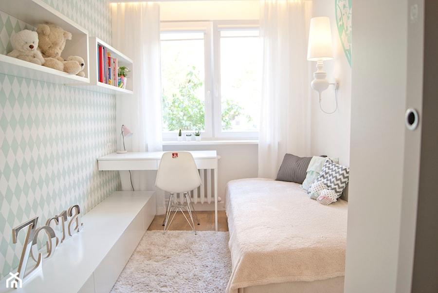 Minimalizm z zielenią - Mały biały pastelowy miętowy pokój dziecka dla dziewczynki dla nastolatka, styl skandynawski - zdjęcie od Base Architekci