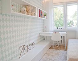 Minimalizm z zielenią - Mały biały miętowy pokój dziecka dla dziewczynki dla malucha dla nastolatka, styl skandynawski - zdjęcie od Base Architekci