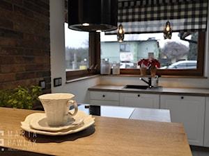 Dom parterowy Skoczów - Realizacja - Średnia otwarta biała kuchnia dwurzędowa w aneksie z oknem, styl prowansalski - zdjęcie od MARTA PAWLAK ARCHITEKTURA WNĘTRZ