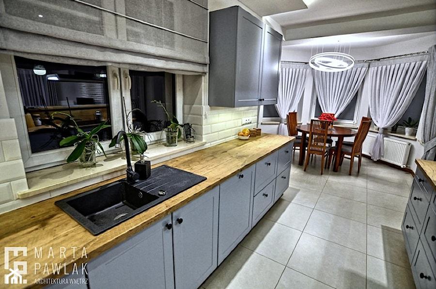 Dom jednorodzinny Pierściec - realizacja - Średnia zamknięta biała kuchnia dwurzędowa z oknem, styl klasyczny - zdjęcie od MARTA PAWLAK ARCHITEKTURA WNĘTRZ
