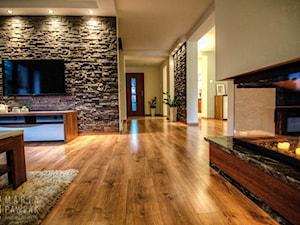 Dom Brenna - realizacja - Duży kolorowy salon, styl nowoczesny - zdjęcie od MARTA PAWLAK ARCHITEKTURA WNĘTRZ