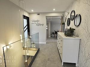 Mieszkanie na poddaszu Ustroń - Realizacja - Średni szary hol / przedpokój, styl nowoczesny - zdjęcie od MARTA PAWLAK ARCHITEKTURA WNĘTRZ