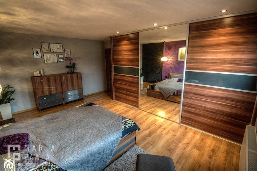 Dom Brenna - realizacja - Duża szara sypialnia małżeńska - zdjęcie od MARTA PAWLAK ARCHITEKTURA WNĘTRZ
