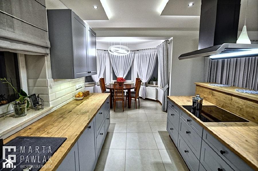 Dom jednorodzinny Pierściec - realizacja - Duża biała szara kuchnia dwurzędowa w aneksie z wyspą z oknem, styl klasyczny - zdjęcie od MARTA PAWLAK ARCHITEKTURA WNĘTRZ