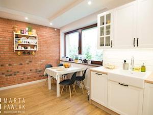 Dom Jednorodzinny w Brennej - Realizacja - Średnia otwarta biała kuchnia jednorzędowa z oknem, styl skandynawski - zdjęcie od MARTA PAWLAK ARCHITEKTURA WNĘTRZ