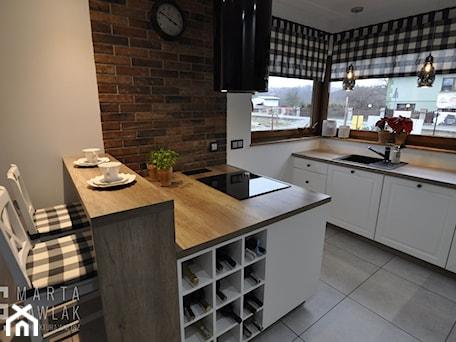 Dom parterowy Skoczów - Realizacja - Średnia otwarta biała szara kuchnia dwurzędowa z oknem, styl prowansalski - zdjęcie od MARTA PAWLAK ARCHITEKTURA WNĘTRZ