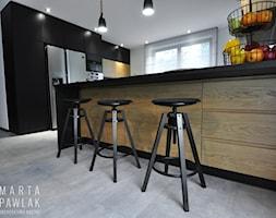 Dom Jednorodzinny Wisła - realizacja - Duża otwarta biała kuchnia w kształcie litery g z oknem, styl industrialny - zdjęcie od MARTA PAWLAK ARCHITEKTURA WNĘTRZ