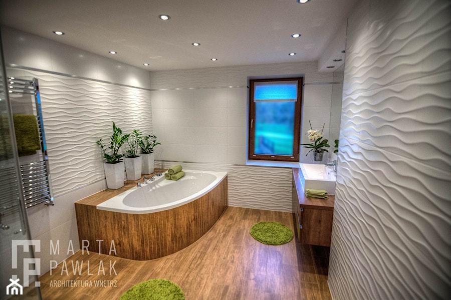 Dom Brenna - realizacja - Duża biała łazienka w domu jednorodzinnym z oknem - zdjęcie od MARTA PAWLAK ARCHITEKTURA WNĘTRZ