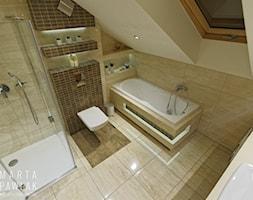 Mieszkanie na poddaszu Brenna - realizacja - Średnia biała beżowa łazienka na poddaszu w domu jednorodzinnym z oknem, styl klasyczny - zdjęcie od MARTA PAWLAK ARCHITEKTURA WNĘTRZ