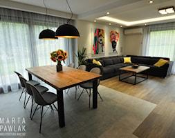 Dom Jednorodzinny Wisła - realizacja - Średnia otwarta beżowa jadalnia w salonie, styl industrialny - zdjęcie od MARTA PAWLAK ARCHITEKTURA WNĘTRZ