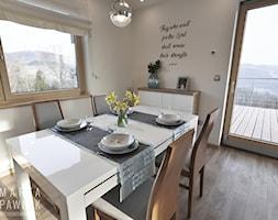 Dom Jednorodzinny Wisła 02 -realizacja - Średnia otwarta biała jadalnia jako osobne pomieszczenie, styl tradycyjny - zdjęcie od MARTA PAWLAK ARCHITEKTURA WNĘTRZ
