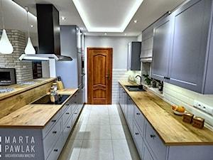 Dom jednorodzinny Pierściec - realizacja - Duża otwarta szara kuchnia dwurzędowa w aneksie z oknem, styl klasyczny - zdjęcie od MARTA PAWLAK ARCHITEKTURA WNĘTRZ
