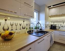 Mieszkanie na poddaszu Ustroń - Realizacja - Średnia zamknięta biała szara kuchnia w kształcie litery l z oknem, styl nowoczesny - zdjęcie od MARTA PAWLAK ARCHITEKTURA WNĘTRZ