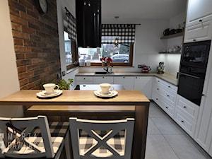 Dom parterowy Skoczów - Realizacja - Średnia otwarta biała beżowa kuchnia w kształcie litery l w aneksie z oknem, styl prowansalski - zdjęcie od MARTA PAWLAK ARCHITEKTURA WNĘTRZ