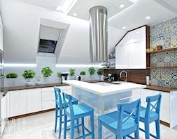 Dom jednorodzinny Pruchna - realizacja - Duża otwarta biała kuchnia w kształcie litery u z wyspą z oknem, styl skandynawski - zdjęcie od MARTA PAWLAK ARCHITEKTURA WNĘTRZ