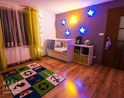 Dom Brenna - realizacja - Duży biały fioletowy pokój dziecka dla chłopca dla dziewczynki dla niemowlaka - zdjęcie od MARTA PAWLAK ARCHITEKTURA WNĘTRZ