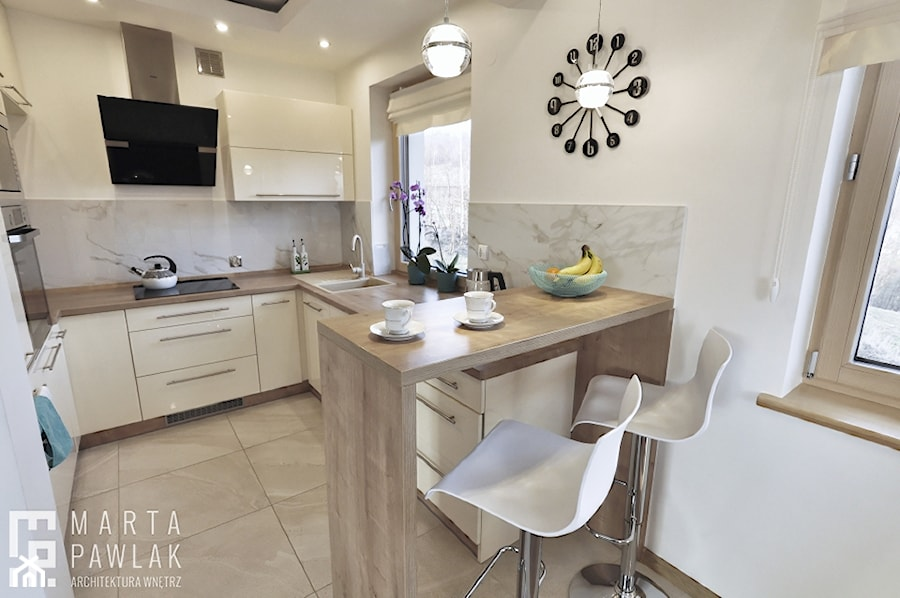 Dom Jednorodzinny Wisła 02 -realizacja - Mała otwarta biała kuchnia w kształcie litery u z oknem, styl tradycyjny - zdjęcie od MARTA PAWLAK ARCHITEKTURA WNĘTRZ