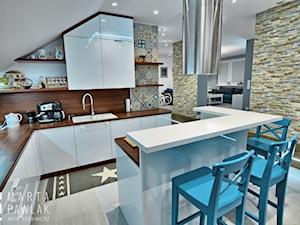 Dom jednorodzinny Pruchna - realizacja - Średnia otwarta biała kuchnia w kształcie litery l w aneksie z wyspą, styl skandynawski - zdjęcie od MARTA PAWLAK ARCHITEKTURA WNĘTRZ