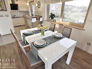Dom Jednorodzinny Wisła 02 -realizacja - Średnia otwarta beżowa jadalnia w kuchni, styl tradycyjny - zdjęcie od MARTA PAWLAK ARCHITEKTURA WNĘTRZ
