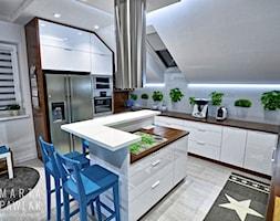 Dom jednorodzinny Pruchna - realizacja - Duża zamknięta biała kuchnia w kształcie litery u z wyspą z oknem, styl skandynawski - zdjęcie od MARTA PAWLAK ARCHITEKTURA WNĘTRZ