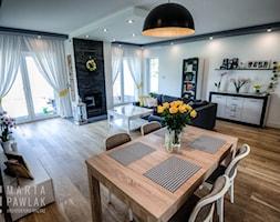 Dom Skoczów - realizacja - Duża otwarta szara jadalnia w salonie - zdjęcie od MARTA PAWLAK ARCHITEKTURA WNĘTRZ