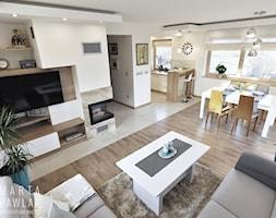 Dom Jednorodzinny Wisła 02 -realizacja - Średni biały salon z kuchnią z jadalnią, styl tradycyjny - zdjęcie od MARTA PAWLAK ARCHITEKTURA WNĘTRZ