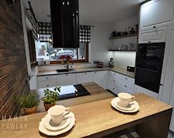 Dom parterowy Skoczów - Realizacja - Średnia otwarta biała kuchnia w kształcie litery l z wyspą z oknem, styl prowansalski - zdjęcie od MARTA PAWLAK ARCHITEKTURA WNĘTRZ