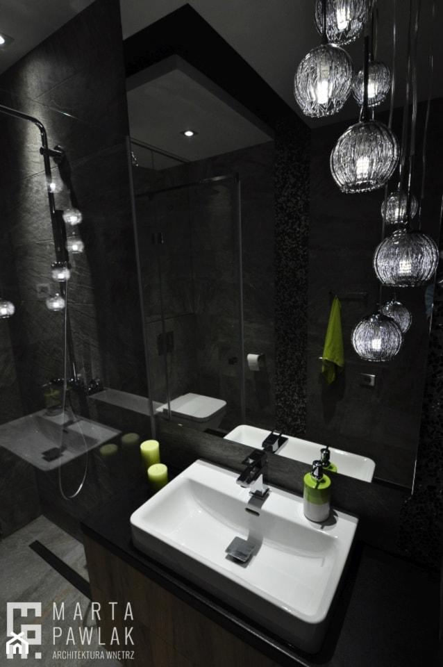 Dom Jednorodzinny Wisła - realizacja - Mała czarna łazienka na poddaszu w bloku w domu jednorodzinnym bez okna, styl industrialny - zdjęcie od MARTA PAWLAK ARCHITEKTURA WNĘTRZ