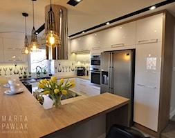 Mieszkanie na poddaszu Ustroń - Realizacja - Średnia zamknięta biała kuchnia w kształcie litery g z oknem, styl nowoczesny - zdjęcie od MARTA PAWLAK ARCHITEKTURA WNĘTRZ
