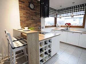 Dom parterowy Skoczów - Realizacja - Średnia otwarta biała kuchnia dwurzędowa z oknem, styl prowansalski - zdjęcie od MARTA PAWLAK ARCHITEKTURA WNĘTRZ