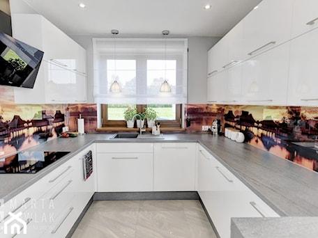 Aranżacje wnętrz - Kuchnia: Dom Jednorodzinny Kowale - Średnia otwarta szara kuchnia w kształcie litery g z oknem, styl tradycyjny - MARTA PAWLAK ARCHITEKTURA WNĘTRZ. Przeglądaj, dodawaj i zapisuj najlepsze zdjęcia, pomysły i inspiracje designerskie. W bazie mamy już prawie milion fotografii!