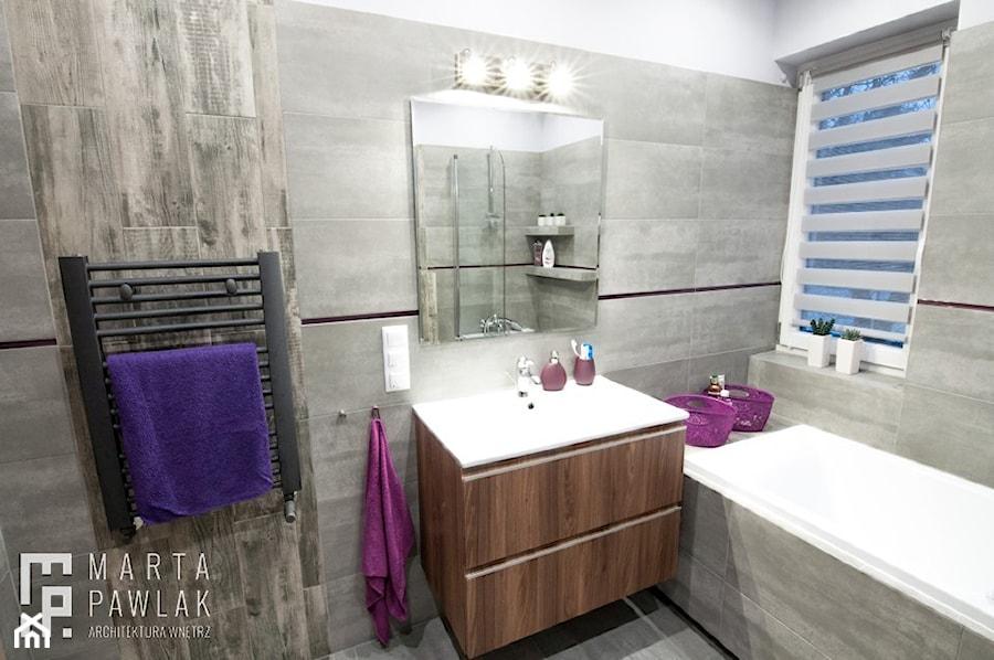 Łazienki Ustroń - realizacja - Mała średnia szara łazienka w bloku w domu jednorodzinnym z oknem, styl nowoczesny - zdjęcie od MARTA PAWLAK ARCHITEKTURA WNĘTRZ