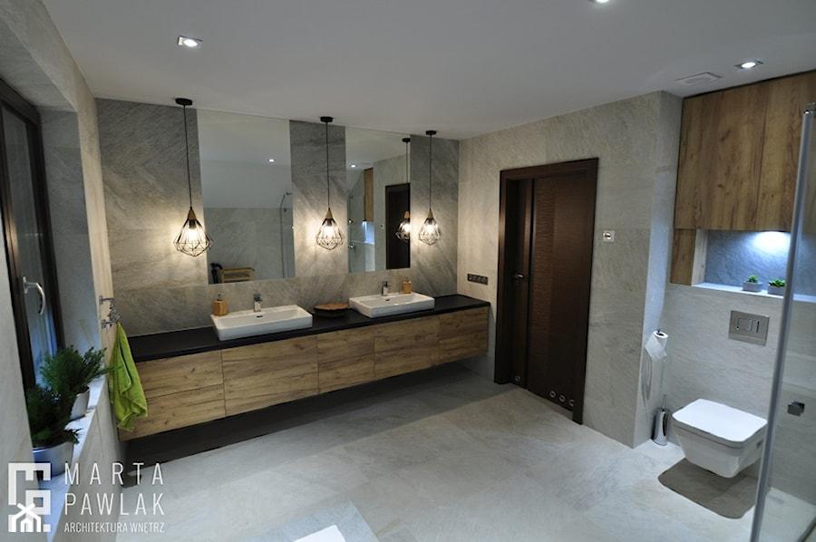 Dom Jednorodzinny Wisła - realizacja - Duża szara łazienka na poddaszu w bloku w domu jednorodzinnym z oknem, styl industrialny - zdjęcie od MARTA PAWLAK ARCHITEKTURA WNĘTRZ