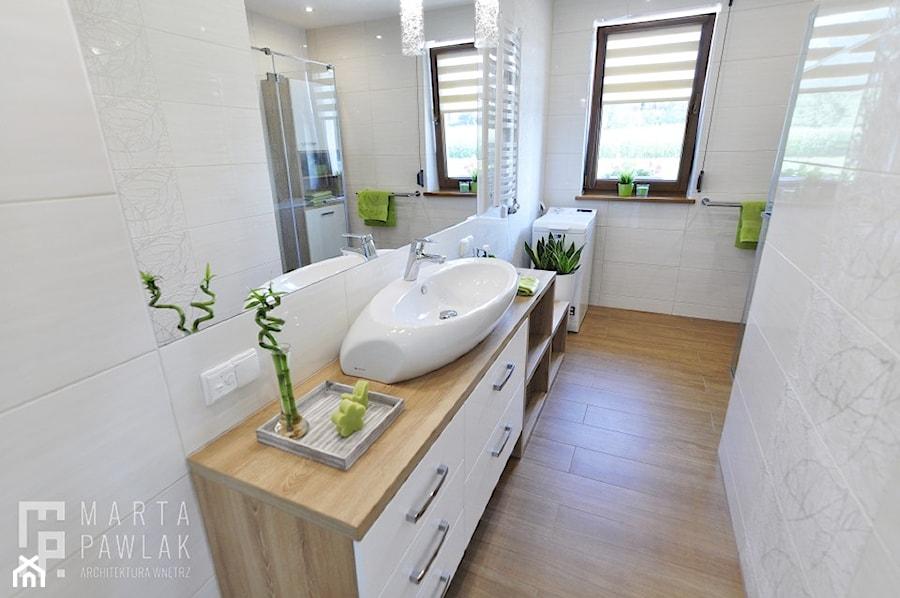Dom Jednorodzinny Kowale - Mała łazienka w bloku w domu jednorodzinnym z oknem, styl nowoczesny - zdjęcie od MARTA PAWLAK ARCHITEKTURA WNĘTRZ