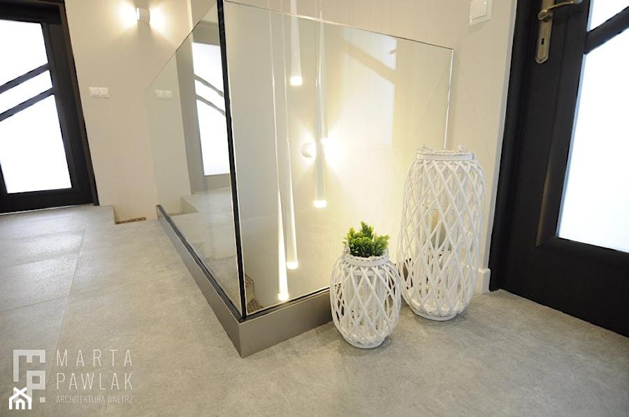 Mieszkanie na poddaszu Ustroń - Realizacja - Średni biały czarny hol / przedpokój, styl nowoczesny - zdjęcie od MARTA PAWLAK ARCHITEKTURA WNĘTRZ