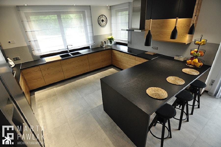 Dom Jednorodzinny Wisła - realizacja - Średnia otwarta biała szara kuchnia w kształcie litery g z oknem, styl industrialny - zdjęcie od MARTA PAWLAK ARCHITEKTURA WNĘTRZ