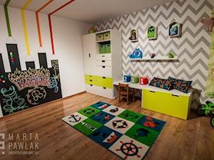Dom Brenna - realizacja - Średni biały szary pokój dziecka dla chłopca dla dziewczynki dla malucha - zdjęcie od MARTA PAWLAK ARCHITEKTURA WNĘTRZ